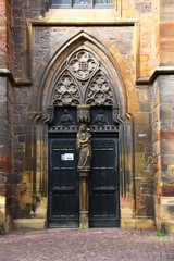 kilisenin kapısı