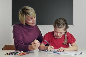 Lehrerin gibt Hilfestellung