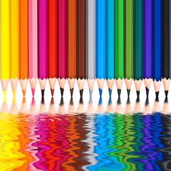 Crayons de couleur, reflets dans l'eau