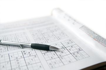 Rätsel mit Stift auf weißen Hintergrund