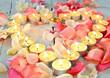 Romantische Einladung: Lichterherz mit Rosenblütenblättern
