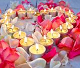 Fototapety Lichterherz mit Rosenblüten-Blättern