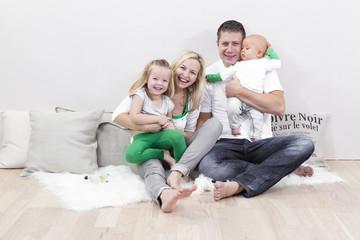 eltern mit zwei kindern