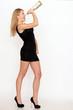 Gutaussehende junge Frau im schwarzen Kleid