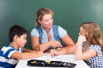 lehrerin motiviert kinder bei den aufgaben