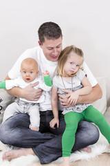 vater mit zwei kindern