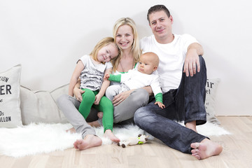 junge familie mit zwei kindern