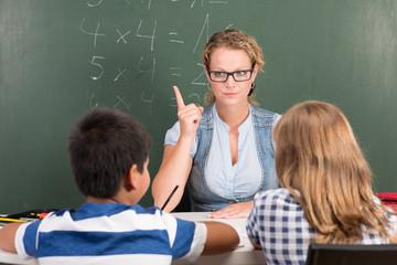 strenge lehrerin im schulunterricht