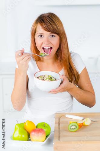 junge frau frühstückt