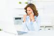 angestellte führt geschäftliches telefonat