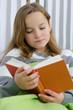 Junges Kind liest ein Buch