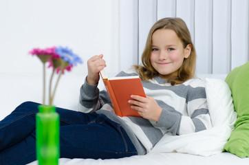 Mädchen hat Spaß am Lesen