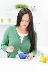 frau bei der zubereitung ihres frühstücks