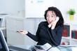 begeisterte geschäftsfrau am telefon