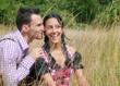 Verliebtes Bayerisches Paar mit Lederhosen und Dirndl