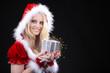 Junge hübsche Santa Frau mit Geschenk Box die funkelt