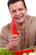 glücklicher bauer mit paprika in der hand