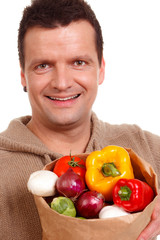 glücklicher vegetarier mit einer tüte voll gemüse