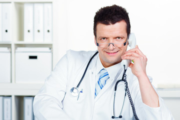doktor telefoniert