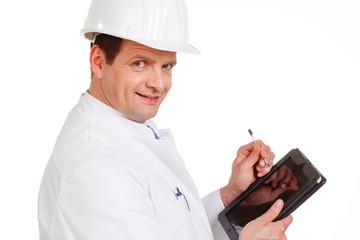 techniker mit touchpad in der hand