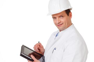 erfahrener ingenieur mit helm und tablet-pc