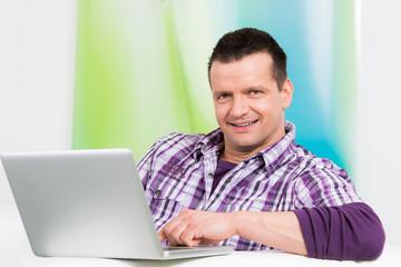 mann arbeitet von zuhause am notebook