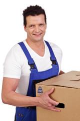mann im blaumann mit umzugskarton in den händen