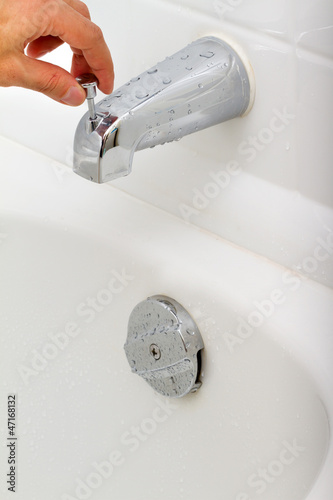 Demonstration of how the water tap is working in a bathroom
