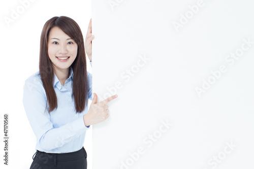 看板を指差す女性