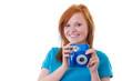 Junges Mädchen mit Sofortbildkamera