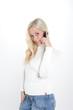 junge blonde frau telefoniert mit handy