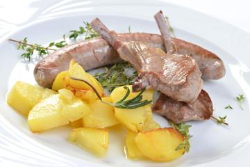 Lamm & Würstchen mit gebratenen Kartoffeln