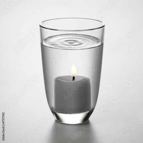 Wasserglas mit Kerze
