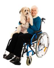 Oma mit Rollstuhl und Hund