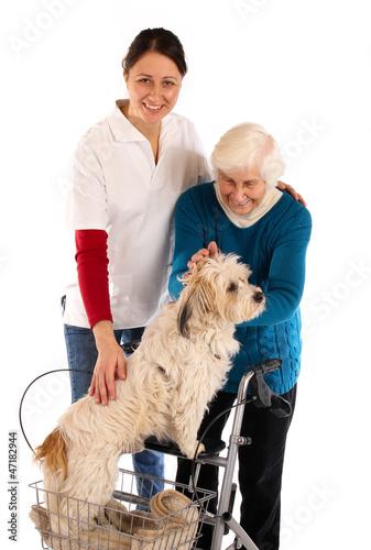 Oma mit Rollator und Hund 241112