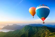 Bunte Heißluftballons fliegen über den Berg
