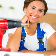 heimwerkerin plant ein projekt