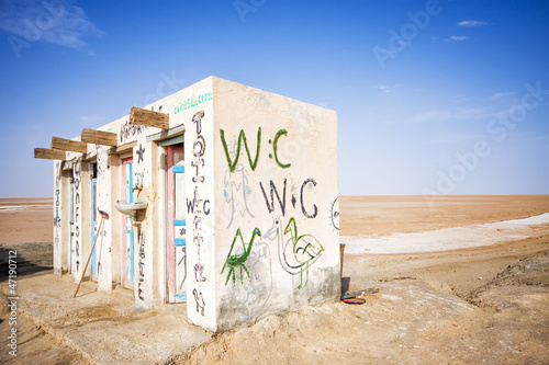 Poster Tunesië Public toilets in the salt lake of Chott El Djerid, Tunisia