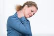 angestellte hat nackenschmerzen