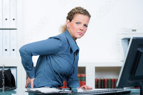 geschäftsfrau hat rückenschmerzen