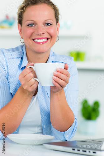 frau mit einer tasse kaffe