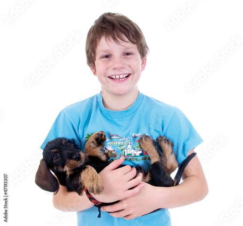 Junge mit jungem Dackel im Arm