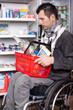 Rollstuhlfahrer im Supermarkt