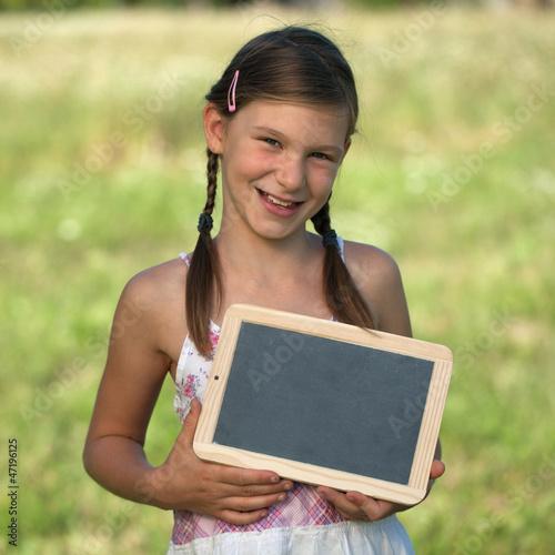 Kind mit Schiefertafel