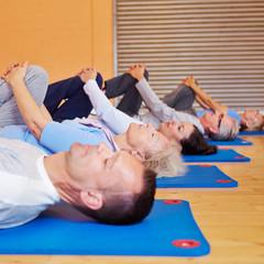 Senioren beim Sportkurs im Fitnesscenter