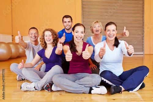 Jubelnder Sportkurs im Fitnesscenter