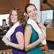 Frauen mit Handtuch im Fitnesscenter