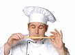 Un cocinero,chef probando,oliendo pan.palillo de pan.