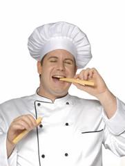 Un cocinero,chef mordiendo pan.palillo de pan.
