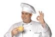 Cocinero chef probando buen café,bebiendo café